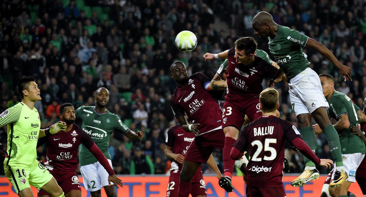 Игровой момент матча чемпионата Франции по футболу Сент-Этьен - Мец