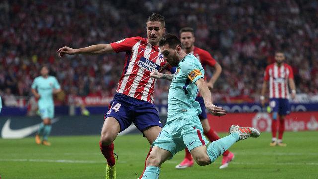 Полузащитник мадридского Атлетико Габи (слева) и нападающий Барселоны Лионель Месси