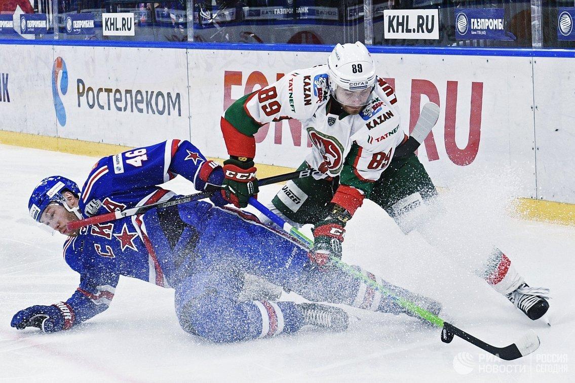 Защитник ХК СКА Владислав Гавриков (слева) и нападающий ХК Ак Барс Артём Лукоянов