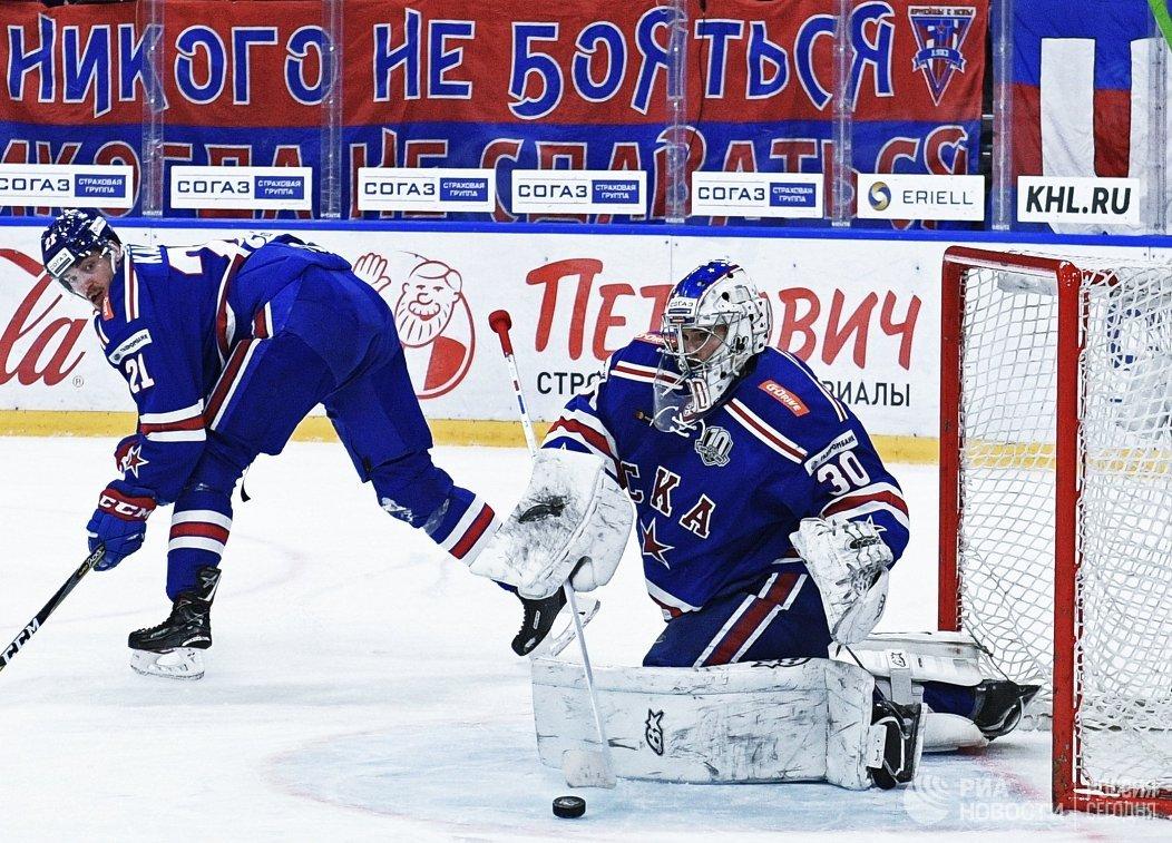 Вратарь ХК СКА Игорь Шестёркин (справа) и форвард Сергей Калинин