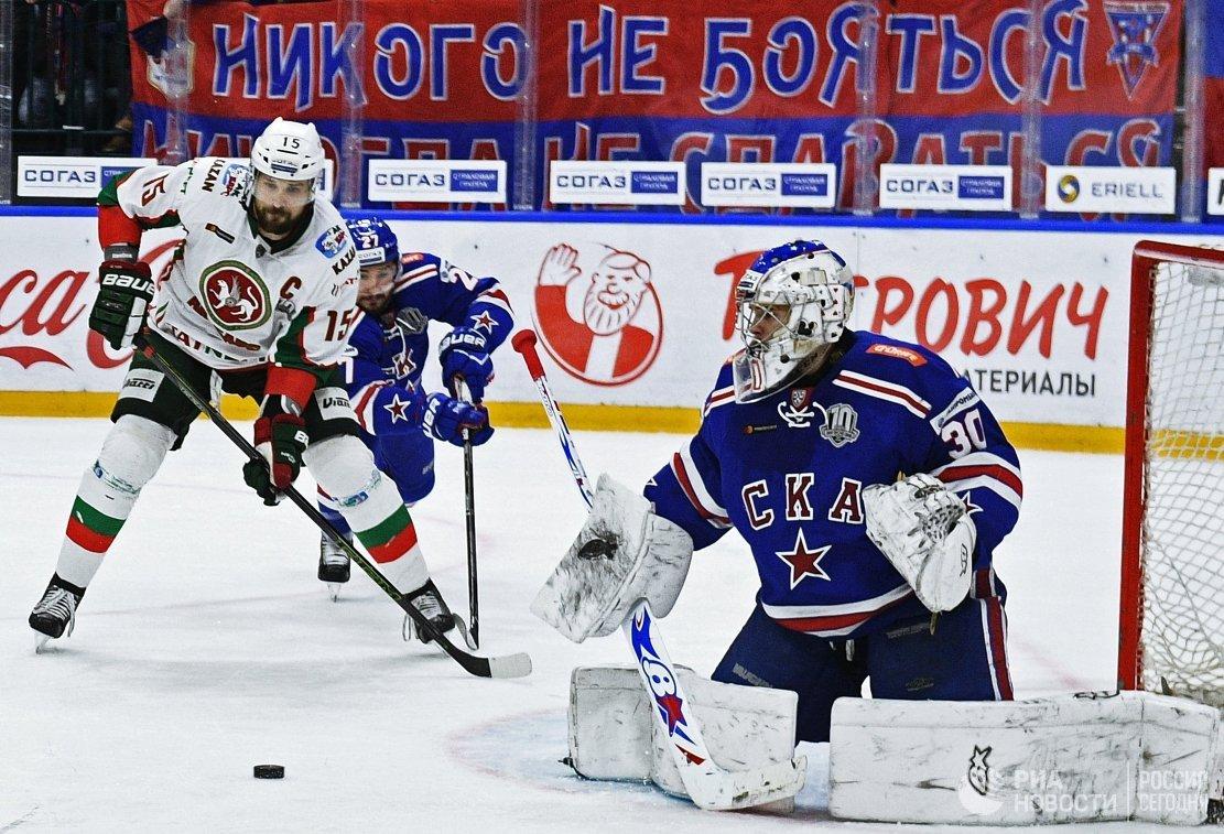 Игроки ХК СКА Игорь Шестёркин, защитник Вячеслав Войнов и форвард ХК Ак Барс Александр Свитов (справа налево)
