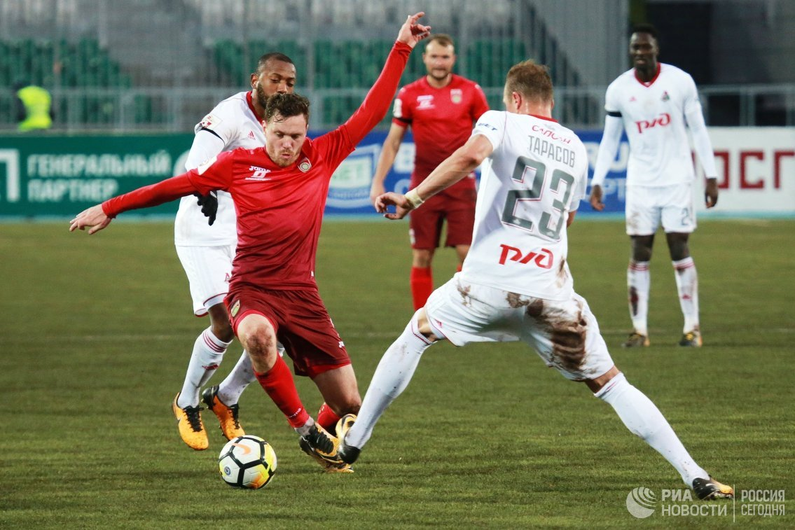 Полузащитники ФК Уфа Ондржей Ванек (слева на первом плане) и ФК Локомотив Дмитрий Тарасов (справа на первом плане)