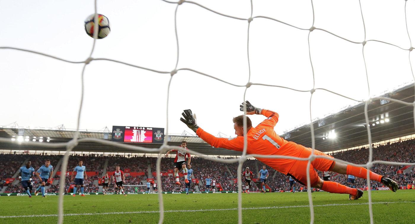 Игровой момент матча чемпионата Англии по футболу Саутгемптон - Ньюкасл