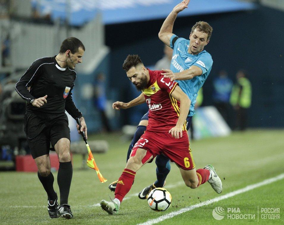 Форвард Зенита Артём Дзюба (справа) и защитник Арсенала Максим Беляев