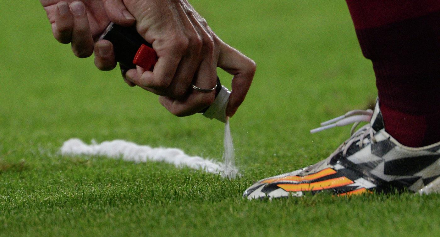 Футболист вытер бутсу орефери вовремя матча чемпионата Греции