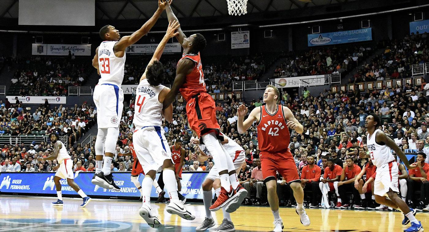 Игровой момент матча Торонто Рэпторс - Лос-Анджелес Клипперс. Второй слева - Милош Теодосич