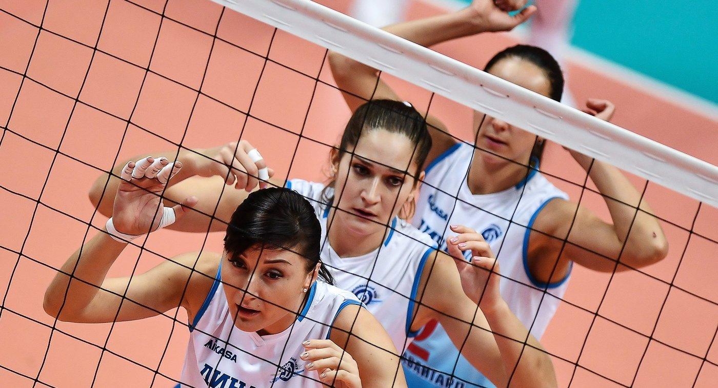 Волейболистки московского Динамо Екатерина Любушкина, Дарья Исаева (слева направо)