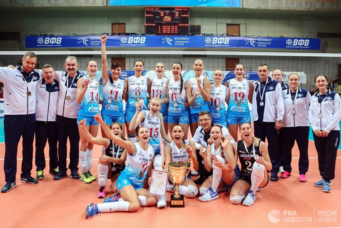 Волейболистки Динамо и тренерский штаб команды после победы в Суперкубке России