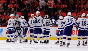 Хоккеисты Тампы Бэй Лайтнинг радуются победе