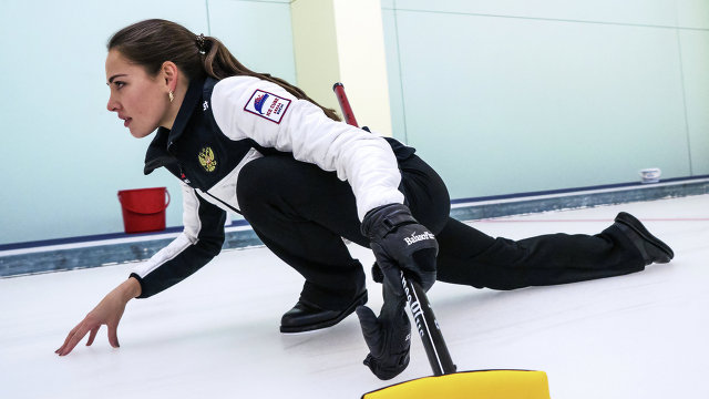 Анастасия Брызгалова на тренировке сборной России по керлингу