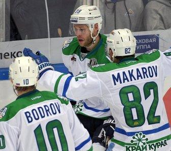 Хоккеисты Салавата Юлаева Евгений Бодров (слева), Игорь Макаров (справа) и Денис Кокарев радуются заброшенной шайбе