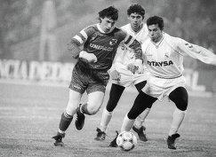 Футболист Спартака Александр Мостовой (слева) во время матча против мадридского Реала в марте 1991 года