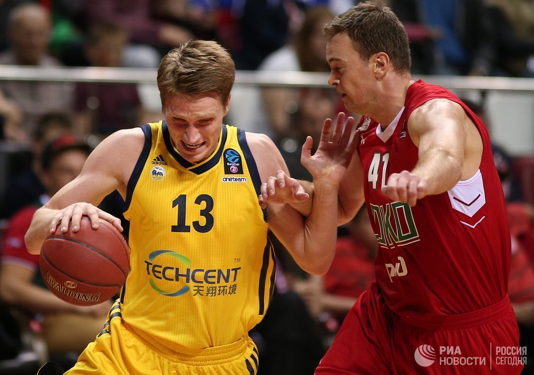 Форвард БК Альба Мариуш Григонис (слева) и центровой БК Локомотив-Кубань Брайан Квали