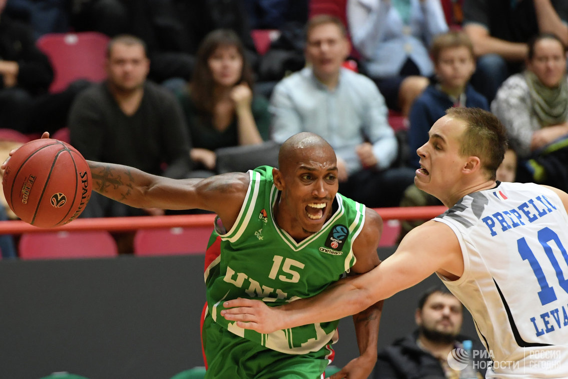 Защитник БК УНИКС Джамар Смит (слева) и защитник БК Леваллуа Клемен Препелич