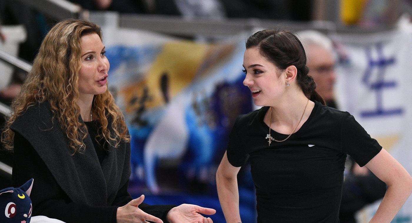 Евгения Медведева и тренер Этери Тутберидзе (слева)