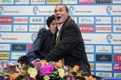 Американский фигурист Натан Чен и тренер Рафаэл Арутюнян