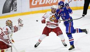 Хоккеисты Йокерита Райан Запольски и Сами Лепистё и форвард СКА Сергей Плотников (слева направо)
