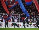 Работники стадиона убирают бумажные ленты в штрафной ЦСКА