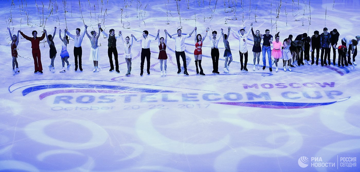 Спортсмены после показательных выступлений I этапа Гран-при по фигурному катанию в Москве