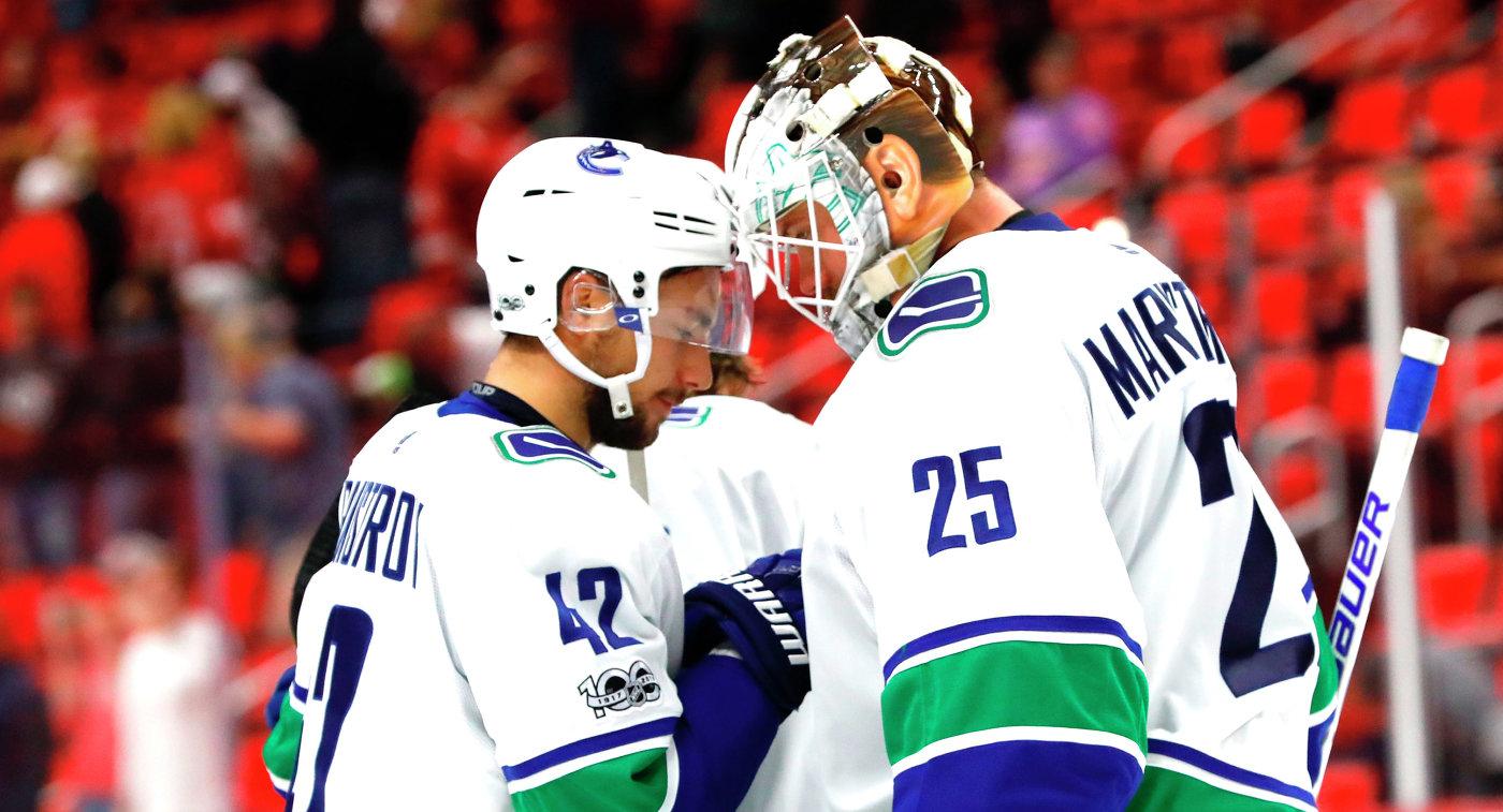 Хоккеисты Ванкувер Кэнакс нападающий Александр Бурмистров (слева) и вратарь Якоб Маркстрём