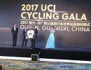 Церемония вручения награды Международного союза велосипедистов Сергю Семочкину (второй слева), как лучшему шоссейному велогонщику