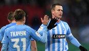 Футболисты Крыльев Советов Денис Ткачук (слева) и Иван Таранов радуются забитому голу