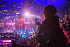 Болельщица во время киберспортивного турнира EPICENTER-2017 CS:GO в СК Юбилейный в Санкт-Петербурге