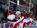 Хоккеисты ЦСКА Кирилл Капризов и Максим Шалунов (справа) радуются заброшенной шайбе