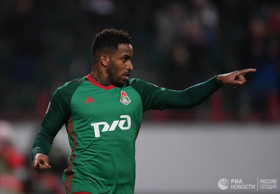 Полузащитник Локомотива Джефферсон Фарфан радуется забитому голу
