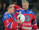 Президент РФ Владимир Путин (слева) и председатель правления Ночной хоккейной лиги (НХЛ) Вячеслав Фетисов