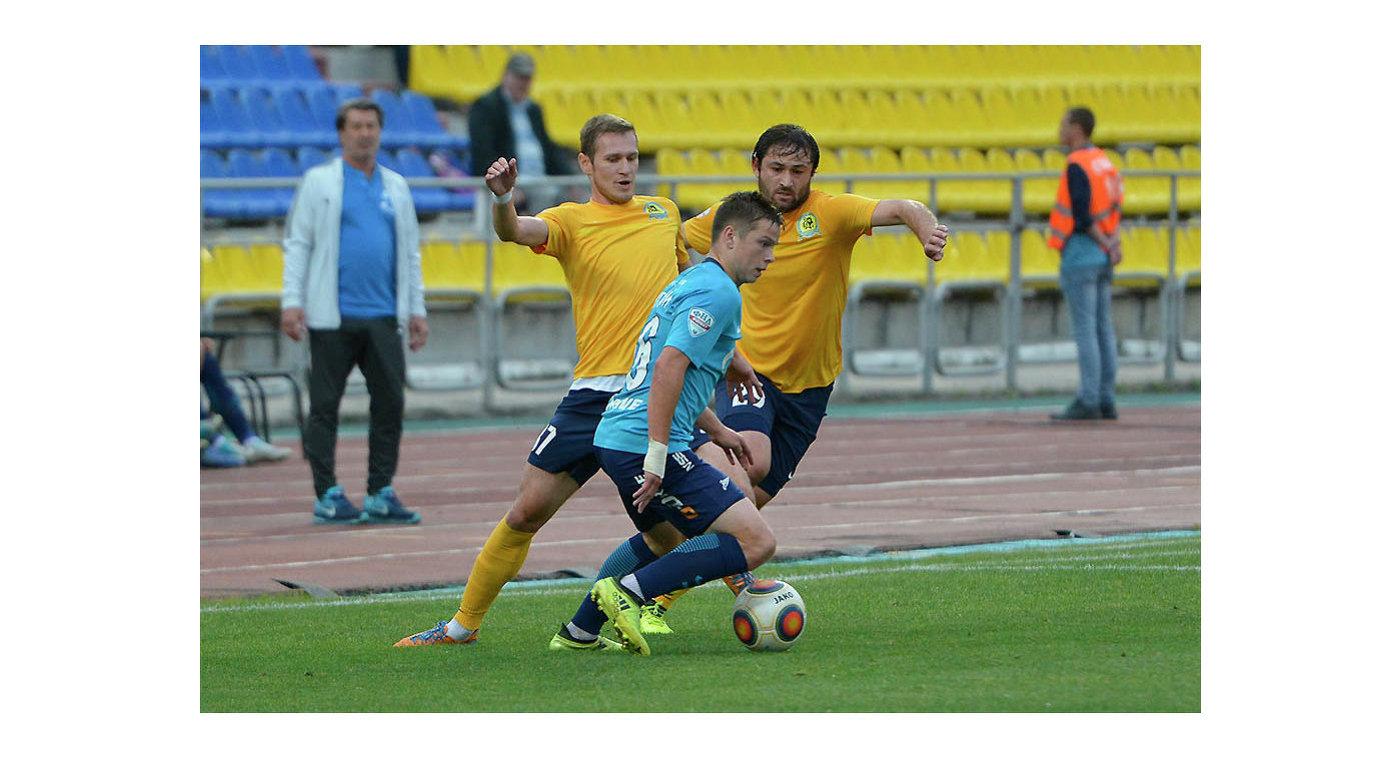 Футболист ФК Луч-Энергия Амир Бажев (справа)