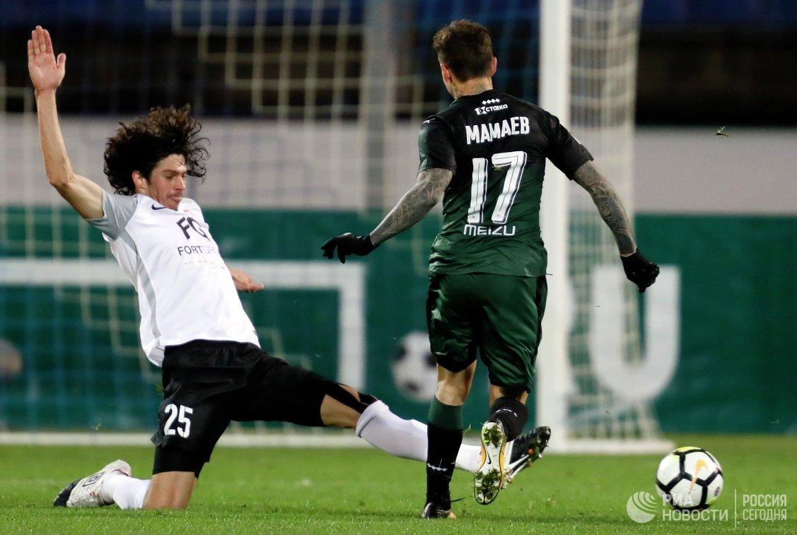 Защитник ФК Тосно Андрей Буйволов (слева) и полузащитник ФК Краснодар Павел Мамаев