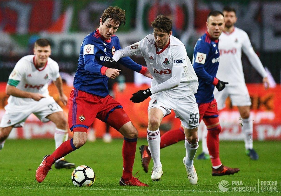 Защитник ЦСКА Марио Фернандес (на первом плане слева) и полузащитник ФК Локомотив Алексей Миранчук
