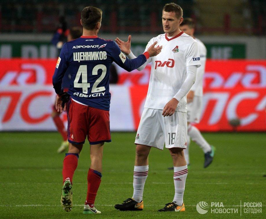 Защитник ЦСКА Георгий Щенников (слева) и хавбек Локомотива Александр Коломейцев