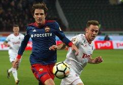 Защитник ЦСКА Марио Фернандес (слева) и хавбек Локомотива Мацей Рыбус