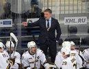 Главный тренер ХК Северсталь Александр Гулявцев (в центре на втором плане)