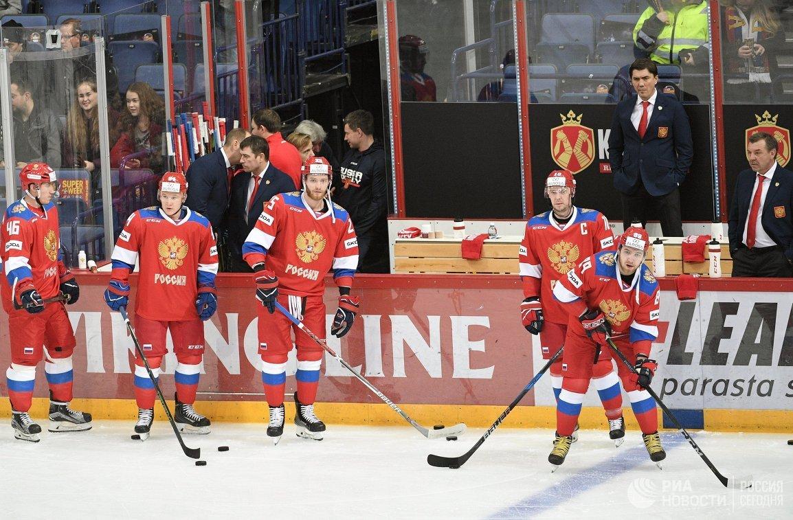 Хоккеисты сборной России и главный тренер сборной России Олег Знарок (справа)