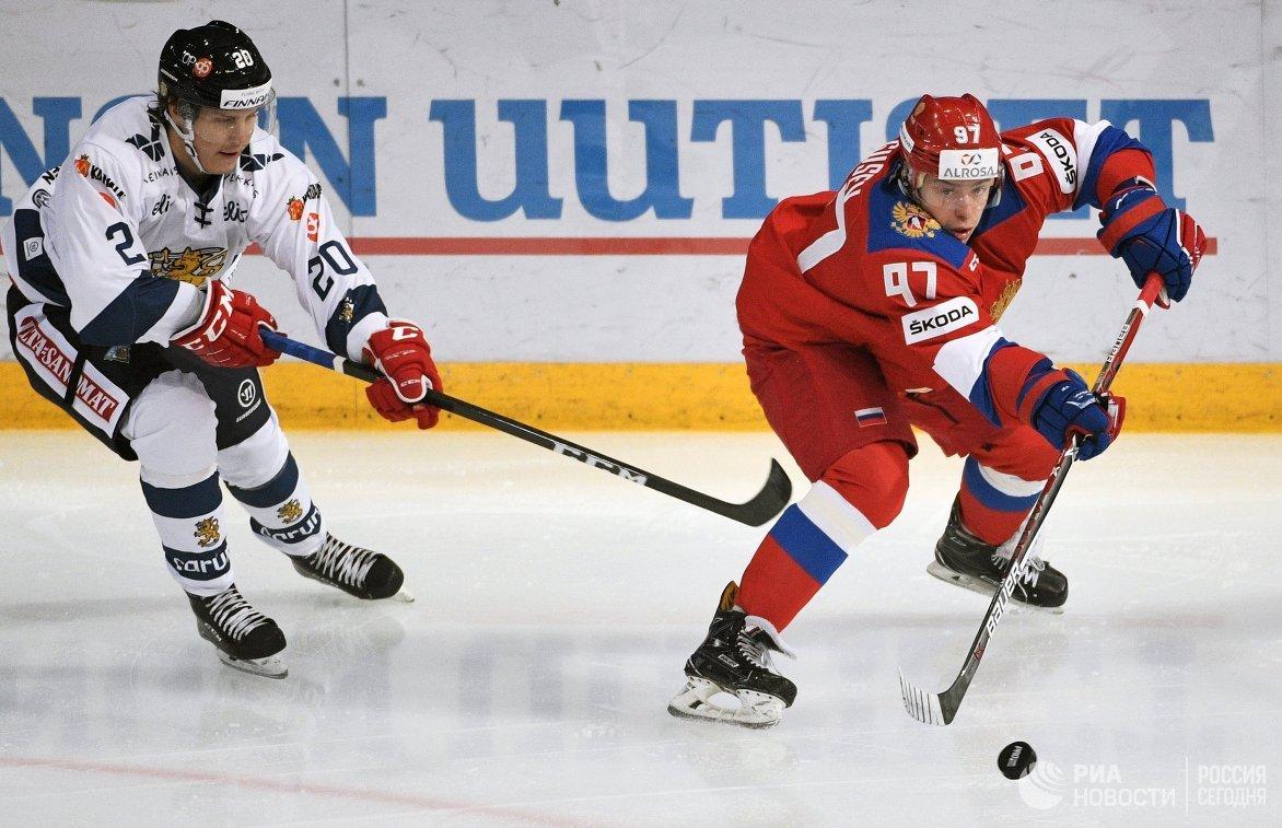 Форвард сборной Финляндии Эли Толванен (слева) и нападающий сборной России Никита Гусев