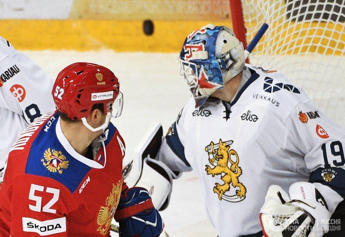 Форвард сборной России Сергей Широков (слева) и вратарь сборной Финляндии Микко Коскинен