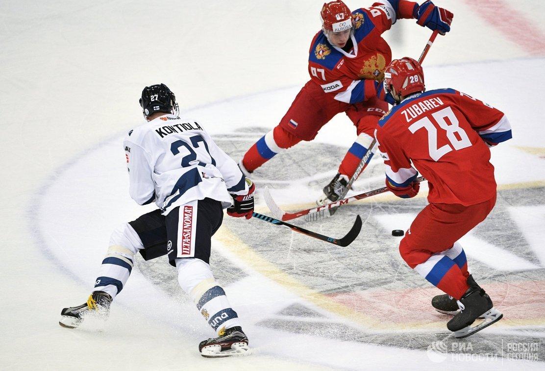 Форвард сборной Финляндии Петри Контиола, хоккеисты сборной России Никита Гусев и Андрей Зубарев (слева направо)