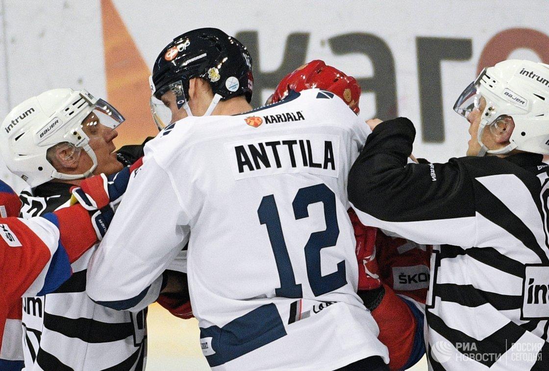 Форвард сборной Финляндии Марко Анттила (в центре)