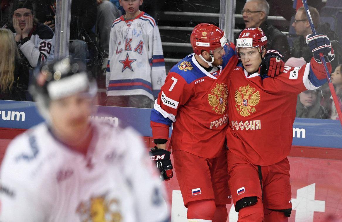 Хоккеисты сборной России Иван Телегин и Сергей Плотников (слева направо) радуются заброшенной шайбе в ворота финнов