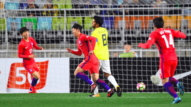Нападающий сборной Южной Кореи Сон Хынмин (на первом плане) радуются забитому голу
