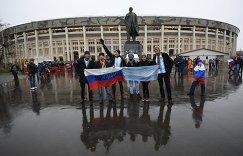 Болельщики сборных России и Аргентины у стадиона Лужники в Москве