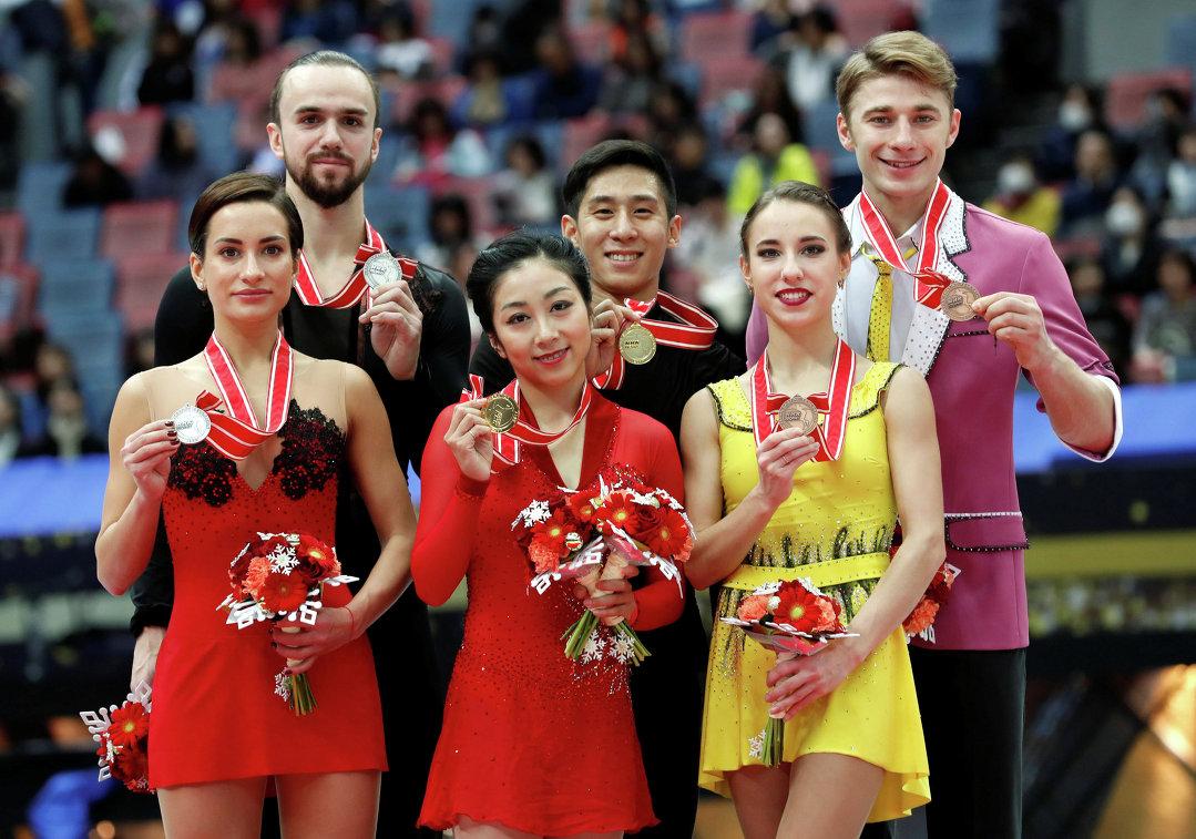 Суй Вэньцзин и Хань Цун (в центре), Ксения Столбова и Федор Климов (слева), Кристина Астахова и Алексей Рогонов (справа)