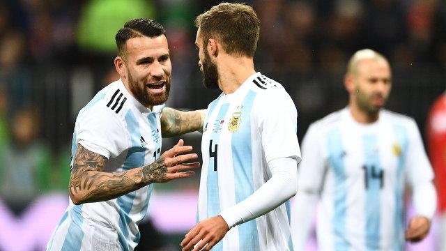 Защитник сборной Аргентины Николас Отаменди и полузащитник сборной Аргентины Джовани Ло Чельсо (слева направо)