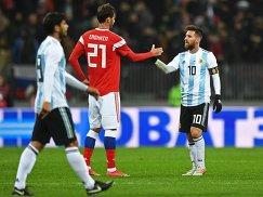 Нападающий сборной Аргентины Лионель Месси (справа) и хавбек сборной России Александр Ерохин