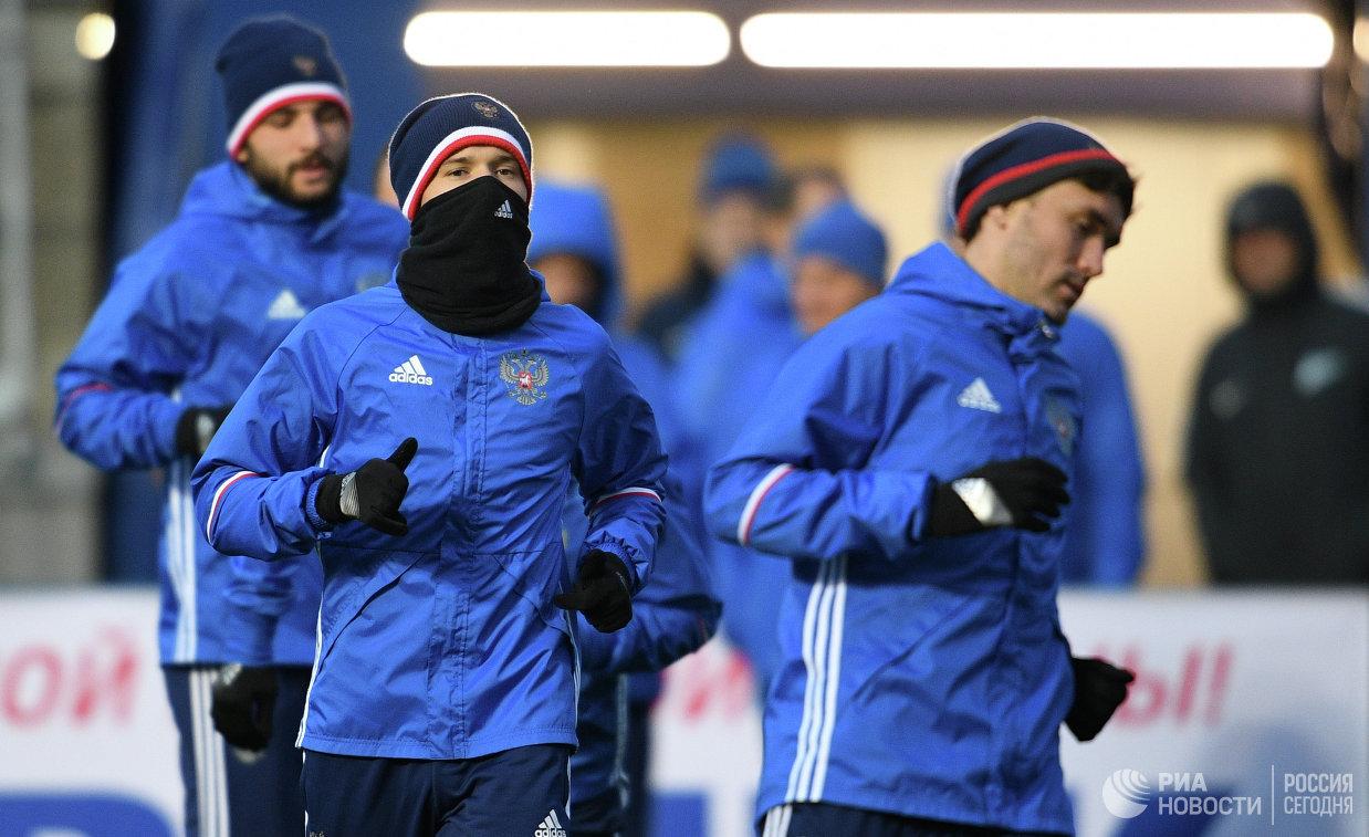 Футболисты сборной России Георгий Джикия, Дмитрий Полоз и Юрий Жирков (слева направо)