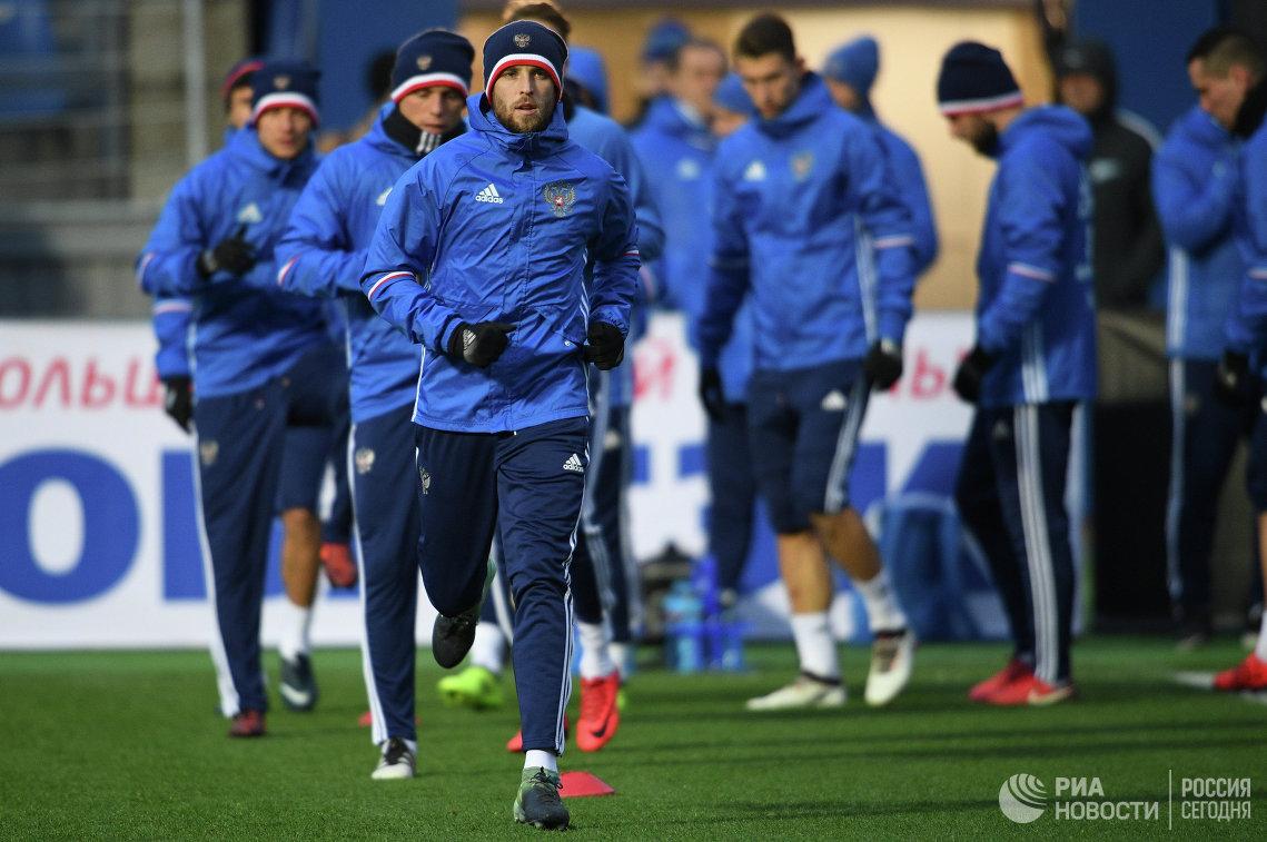 Защитник сборной России по футболу Дмитрий Комбаров (на первом плане)