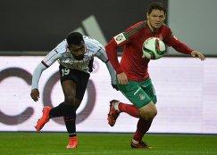 Защитник Амкара Брайн Идову (слева) и защитник Локомотива Тарас Михалик